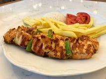 No espeto turco da galinha com arroz Pilav ou batatas e tomate/Sis Kebap do pilau Fotos de Stock Royalty Free