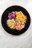 No espeto turco do donner com fritadas e salada na placa imagens de stock