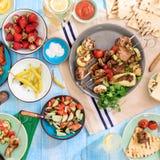 No espeto, vários vegetais grelhados, salada, limonada, strawb Imagem de Stock Royalty Free