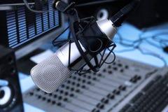 No estúdio de rádio