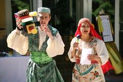 No estilo asiático oriental, central Anfitriões dos comediantes dos atores em trajes engraçados imagens de stock royalty free