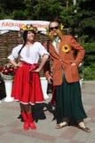 No estilo ucraniano Anfitriões dos comediantes dos atores em trajes engraçados fotos de stock