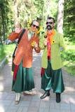 No estilo ucraniano Anfitriões dos comediantes dos atores em trajes engraçados imagem de stock royalty free