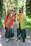 No estilo ucraniano Anfitriões dos comediantes dos atores em trajes engraçados imagens de stock