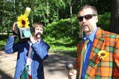 No estilo ucraniano Anfitriões dos comediantes dos atores em trajes engraçados imagens de stock royalty free