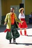 No estilo ucraniano Anfitriões dos comediantes dos atores em trajes engraçados fotografia de stock