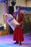No estilo ucraniano Anfitriões dos comediantes dos atores em trajes engraçados foto de stock