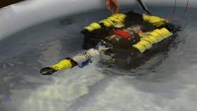 No Fablab em Turin um programa demonstrativo com um zangão subaquático pequeno