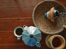 No fabricante superior do café e de café na manhã Fotografia de Stock