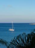 No final da tarde um barco de navigação, velas a um porto Imagem de Stock