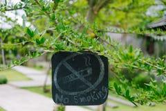 No fume para firmar adentro el jardín Imagenes de archivo