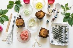 No fundo branco o bolo molda, espátula, corola, cones para o crea Imagem de Stock
