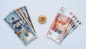 No fundo branco, a troca de rublos de russo em dólares americanos em um bitcoin da moeda do metal no papel moeda de cripto Imagens de Stock Royalty Free