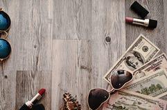 No fundo de madeira velho, vestido, você pode ver cosméticos: batom, vidros, pó imagens de stock