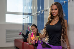 No gym Meninas encantadores que levantam no vestuário Imagens de Stock