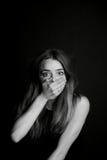 No hable ningún mal La muchacha cierra su boca Fotografía de archivo
