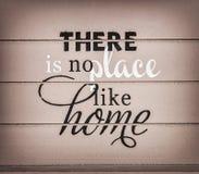 No hay lugar como el hogar - título en el fondo de madera Foto de archivo