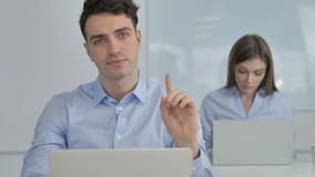 No, hombre de negocios joven Rejecting Plan agitando el finger almacen de video