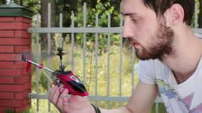 No homem da luz do dia realizar nas mãos girar-no helicóptero nano desligam-no então filme
