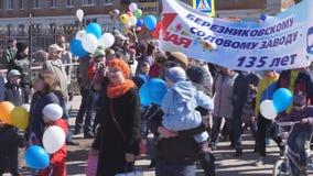 No início da procissão para a celebração do festival em Rússia - Berezniki pode sobre 1, 2018 video estoque