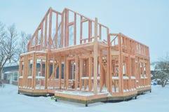 No inverno, a construção da casa de madeira do quadro Imagens de Stock Royalty Free