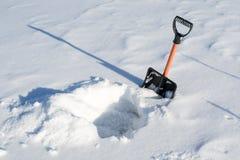 No inverno, muitas neve e pá, escavaram uma pá do poço da neve foto de stock
