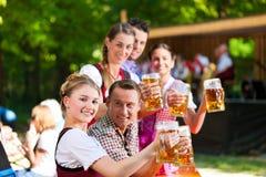 No jardim da cerveja - amigos na frente da faixa Foto de Stock Royalty Free