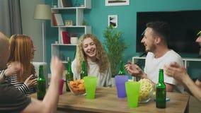No jogo dos amigos da sala de visitas quem s?o mim jogo com pap?is pegajosos na cabe?a vídeos de arquivo