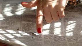 No jornal com seu dedo filme