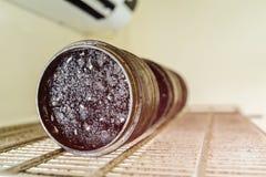 No laboratório de testes da estrada do local Colocando a amostra de cascalho na Fotografia de Stock