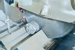 No laboratório de testes da estrada do local Colocando a amostra de cascalho na Fotos de Stock