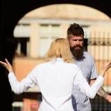 No le entiendo Mujer que grita y que gesticula en el hombre barbudo Pares en el amor que pelea en la calle Conflicto fotos de archivo libres de regalías