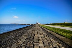 No litoral onde o farol está fotografia de stock royalty free