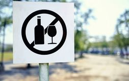 No littering sign in public park photo Royalty Free Stock Images