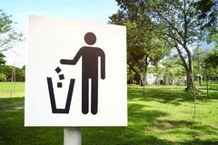 No littering sign in public park photo Royalty Free Stock Image
