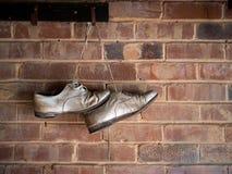 No más de grillo, zapatos viejos colgados para arriba Fotografía de archivo