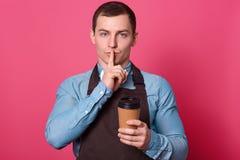 No mówi sekretu robić kawie Tajemniczy przystojny męski barista pracuje w kawiarni, robi ucichnięcie gestowi, utrzymuje pierwszeg obrazy stock