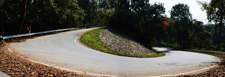 No monte en bicicleta en el país ascendente Asphalt Road de la cuesta ningún autocar, Panoram Fotografía de archivo