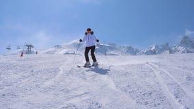 No movimento uma cinzeladura do esquiador da mulher vai abaixo de Ski Slope Of The Mountain video estoque