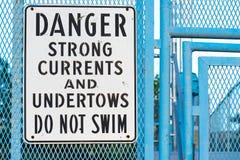 No nade la advertencia de la muestra de corrientes fuertes y de undertows Imagen de archivo