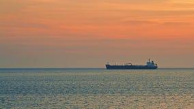 No navio de navigação do mar aberto no por do sol filme