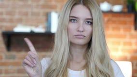 No, no permitiendo gesto agitando el finger de la chica joven almacen de video