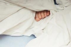 Nożny dziecka klejenie z koc Zdjęcia Stock