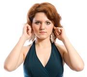 No oiga nada. Mujer joven que cubre sus oídos. Foto de archivo libre de regalías