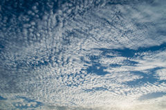 No olvide miran para arriba las nubes Imagen de archivo