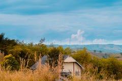 No outono, nas turbinas eólicas e na casa na pastagem fotos de stock royalty free