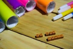 No Panikuje na drewnianych sześcianach z kolorowym papierem i piórem, pojęcie inspiracja na Drewnianym tle zdjęcia stock
