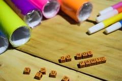 No Panikuje na drewnianych sześcianach z kolorowym papierem i piórem, pojęcie inspiracja na Drewnianym tle zdjęcia royalty free