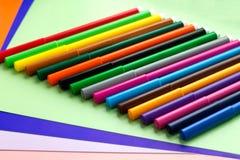 No papel colorido é um grupo de marcadores coloridos imagem de stock royalty free