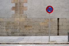 No parking sign, sidewalk and grey wall Royalty Free Stock Photos